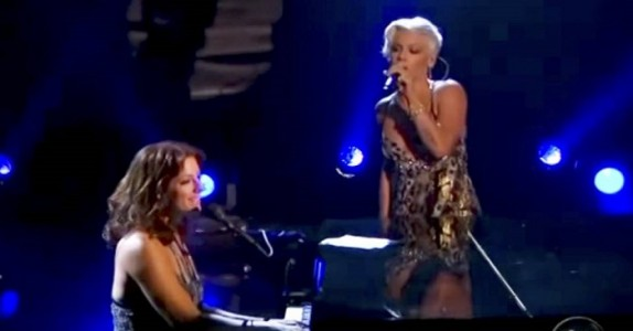 Pink og Sarah McLachlan framför «In The Arms Of The Angel». UNDERBART!